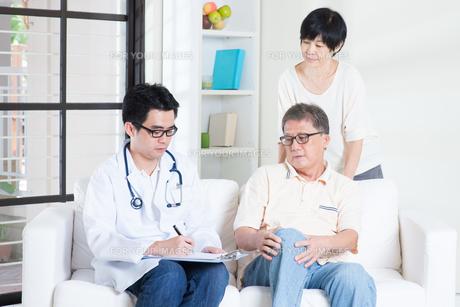 Doctor and patient healthcare conceptの写真素材 [FYI00759012]