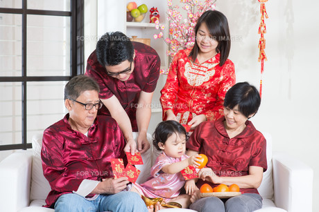 Chinese New Year giving red packetsの写真素材 [FYI00759016]