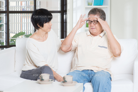 Senior man headacheの素材 [FYI00759018]