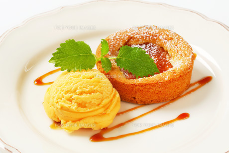 Mini apple tart with ice creamの写真素材 [FYI00759093]