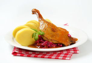 Roast duck with potato dumplings and red cabbageの写真素材 [FYI00759108]