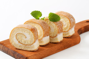 Sponge cake roll with cream fillingの写真素材 [FYI00759187]