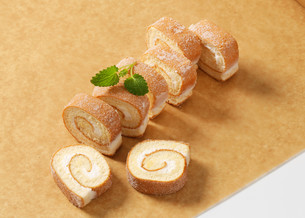 Slices of sponge cake roll with cream fillingの写真素材 [FYI00759195]