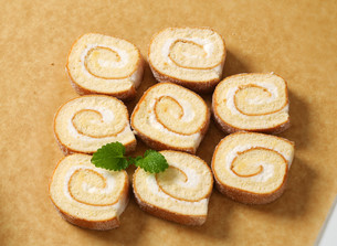Slices of sponge cake roll with cream fillingの写真素材 [FYI00759196]
