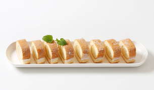 Slices of sponge cake roll with cream fillingの写真素材 [FYI00759199]