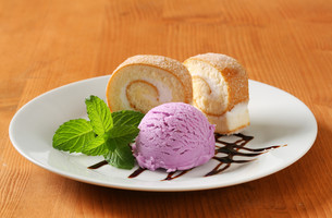 Sponge cake roll with ice creamの写真素材 [FYI00759203]