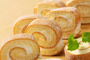 Slices of sponge cake roll with cream fillingの写真素材 [FYI00759205]