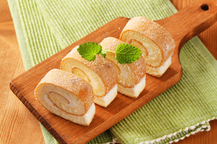 Sponge cake roll with cream fillingの写真素材 [FYI00759210]