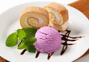 Sponge cake roll with ice creamの写真素材 [FYI00759211]