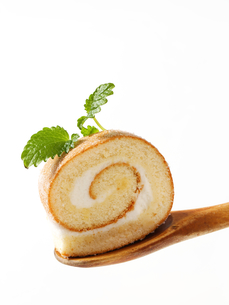 Swiss roll on wooden spoonの写真素材 [FYI00759215]
