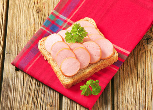 Whole wheat bread with sliced sausageの写真素材 [FYI00759246]