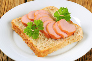 Whole wheat bread with sliced sausageの写真素材 [FYI00759250]