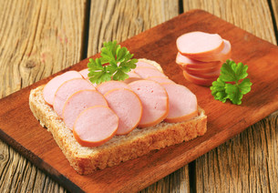 Whole wheat bread with sliced sausageの写真素材 [FYI00759262]
