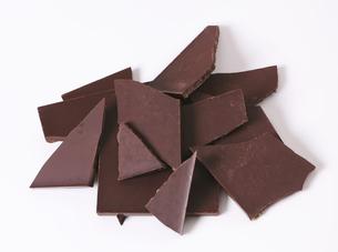 Pieces of dark chocolateの写真素材 [FYI00759276]