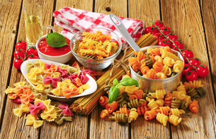 Assortment of colored pastaの写真素材 [FYI00759307]