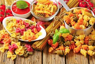 Assortment of colored pastaの写真素材 [FYI00759315]