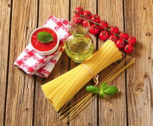 Dried spaghetti, tomato puree and olive oilの写真素材 [FYI00759316]