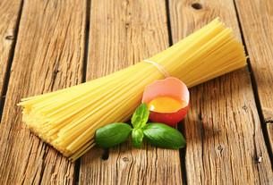 Dried spaghetti and raw eggの写真素材 [FYI00759318]