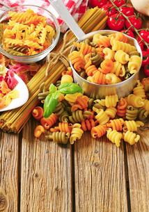 Assortment of colored pastaの写真素材 [FYI00759320]