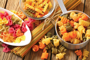 Assortment of colored pastaの写真素材 [FYI00759321]