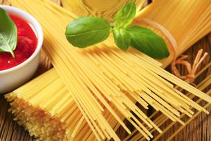 Dried spaghetti and tomato pureeの写真素材 [FYI00759324]