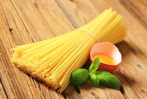 Dried spaghetti and raw eggの写真素材 [FYI00759325]