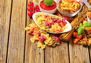 Assortment of colored pastaの写真素材 [FYI00759330]