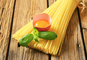 Dried spaghetti and raw eggの写真素材 [FYI00759333]