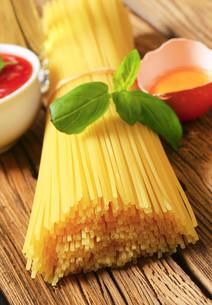 Dried spaghetti and tomato pureeの写真素材 [FYI00759337]