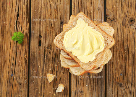 Sandwich bread with butterの写真素材 [FYI00759345]