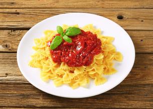 Pasta farfalle with tomato sauceの写真素材 [FYI00759386]
