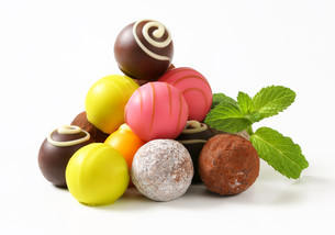 Assorted chocolate truffles and pralinesの写真素材 [FYI00759463]