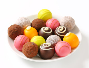 Assorted chocolate truffles and pralinesの写真素材 [FYI00759469]