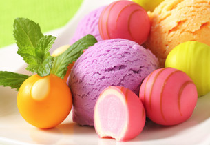 Fruit-flavored ice cream and pralinesの写真素材 [FYI00759510]