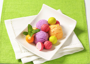 Fruit-flavored ice cream and pralinesの写真素材 [FYI00759511]