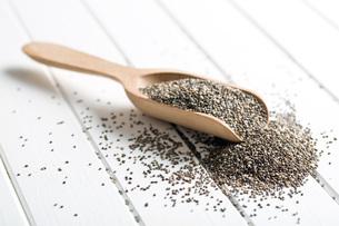 chia seeds in wooden scoopの写真素材 [FYI00759589]