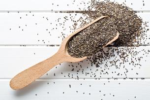 chia seeds in wooden scoopの写真素材 [FYI00759598]