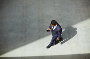 Businessman with cellphoneの素材 [FYI00759713]