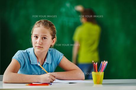 Schoolgirl at workplaceの素材 [FYI00759776]