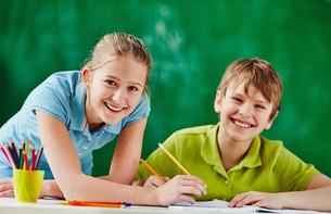 Happy classmates at lessonの素材 [FYI00759792]