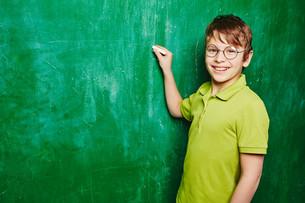 Schoolboy by blackboardの写真素材 [FYI00759810]