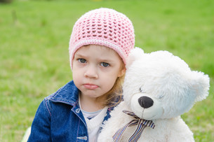 Offended girl with a teddy bear picnicの写真素材 [FYI00759848]