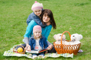 Mother and two daughters on a picnicの写真素材 [FYI00759858]