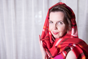Portrait attractive woman with scarf around her headの写真素材 [FYI00760322]
