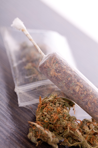 dried cannabis flowers grass with joint smoking kiffenの写真素材 [FYI00760375]