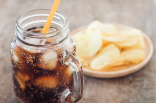 Iced cola with potato chipsの写真素材 [FYI00760478]