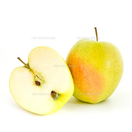 Half an appleの写真素材 [FYI00760489]