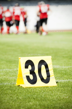Yard line with a sign in the foreground on a football fieldの写真素材 [FYI00760500]