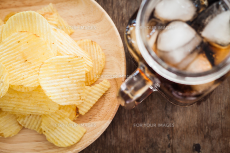 Crispy potato chips with iced colaの写真素材 [FYI00760540]