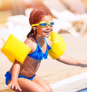 Little girl on the beachの写真素材 [FYI00760636]